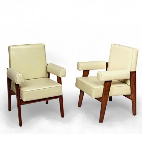 LE CORBUSIER et Pierre JEANNERET. Fauteuil dit 'Advocate and Press Chair' en teck massif et cuir.